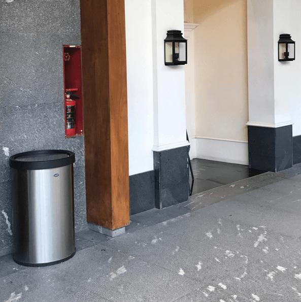 ART CENTER / Basurero Jumbo Aro Balancin de acero inoxidable para plazas y centros comerciales
